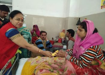 DISTRIBUTE FRUITS TO PATIENTS